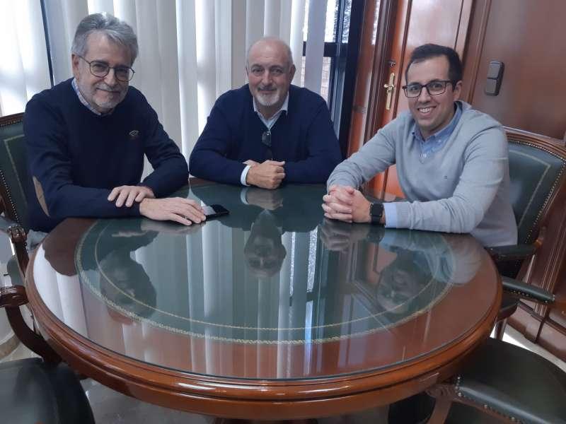 Ramón Marí recibe a sus franquiciados Iñaki y Cristian Vázquez. EPDA