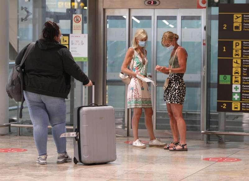 Pasajeros del vuelo procedente de Londres llegados al aeropuerto de Alicante-Elche Miguel Hernández. EFE