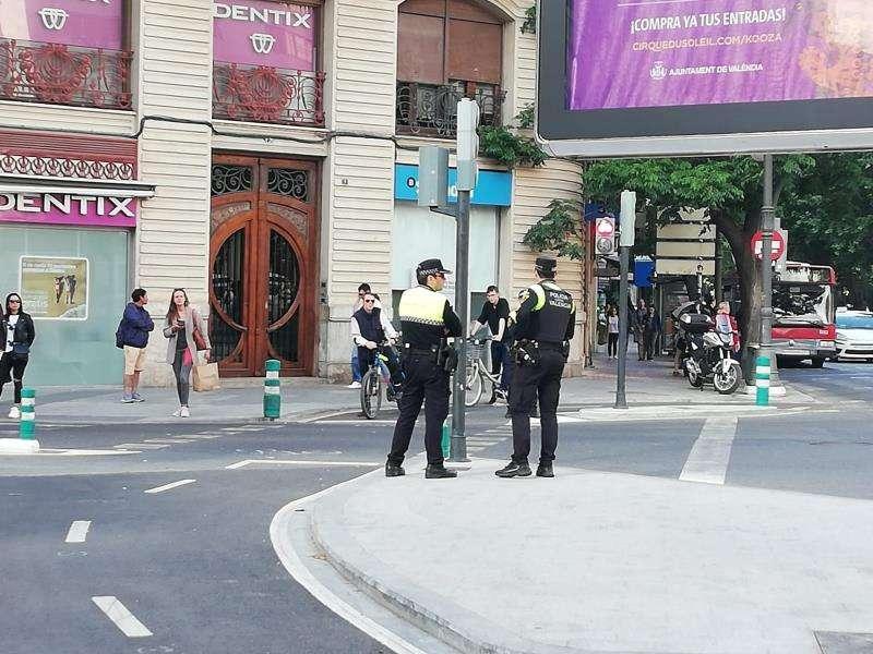 Dos policías en el cruce de la calle Ruzafa. EFE
