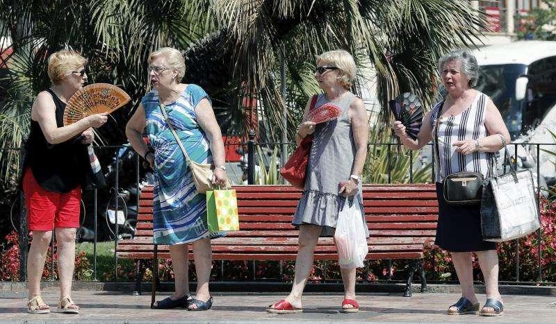 Varias mujeres se abanican en la Plaza del Ayuntamiento de Valencia un 20 de junio de hace dos años. EFE/Archivo