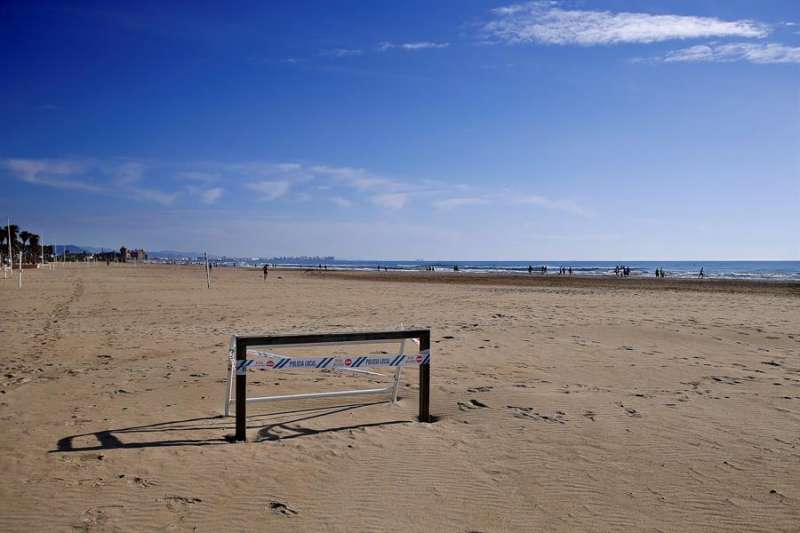 Una portería precintada en la playa de La Patacona de Alboraya. EFE