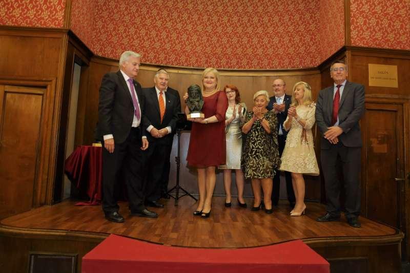 La presidenta recibe el reconocimiento. EPDA
