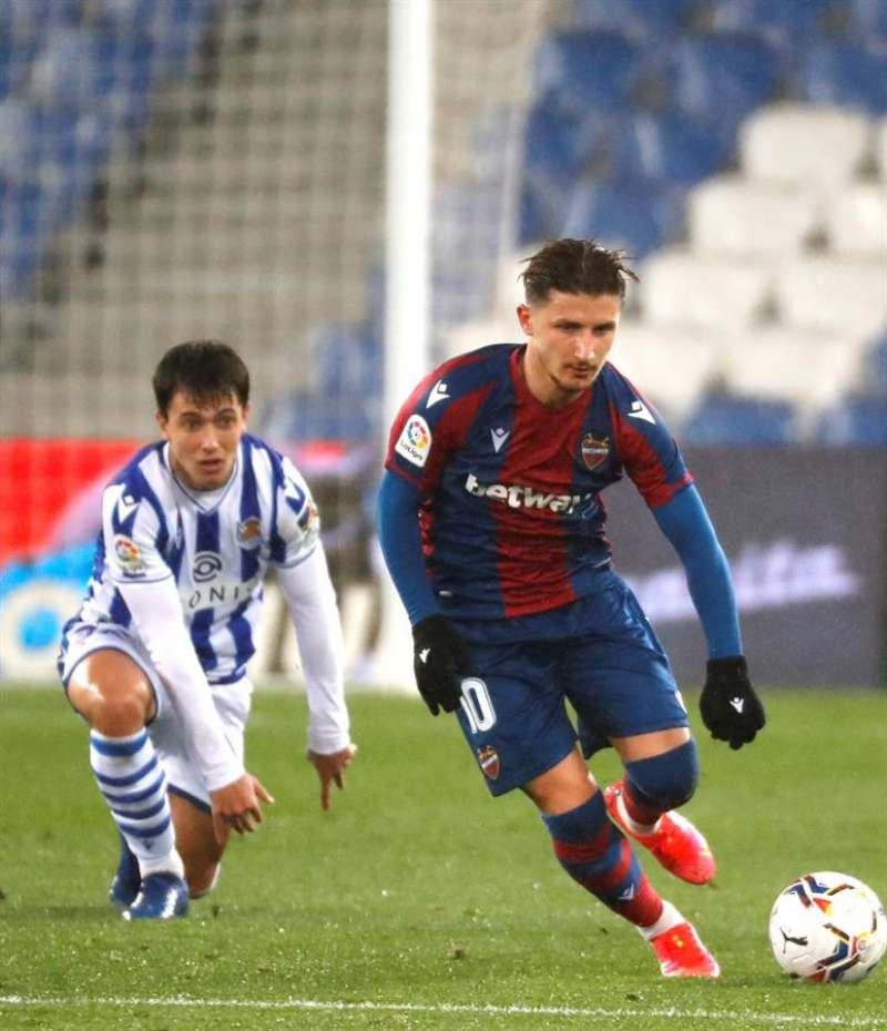 Ante el balón, el centrocampista macedonio del Levante, Enis Bardhi