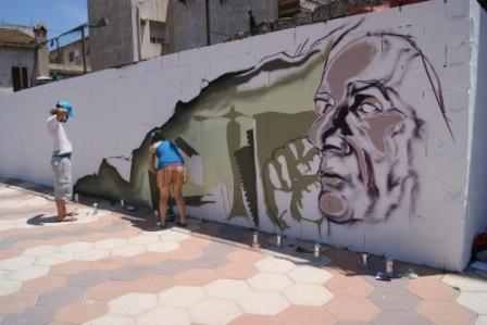 El artista Joan Noguera trabaja en su nueva obra en Godella. Foto EPDA