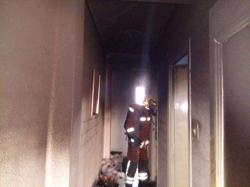 Interior de la vivienda donde se produjo el fuego. FOTO EFE