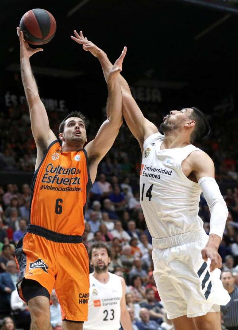 El alero del Valencia Basket Alberto Abalde (i) entra a canasta ante el pivot mexicano del Real Madrid Gustavo Ayón EFE .