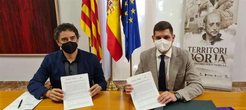 El secretario autonómico de Turisme, Francesc Colomer, y el alcalde de Gandia, Jose Manuel Prieto, han firmado este miércoles el convenio de colaboración. Imagen cedida por la Generalitat