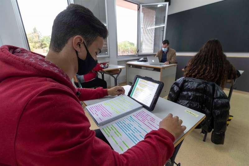 Un alumno de secundaria utiliza una tablet en un aula. EFE