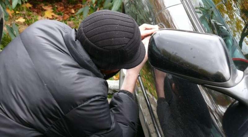 Un hombre manipulando un coche. EPDA