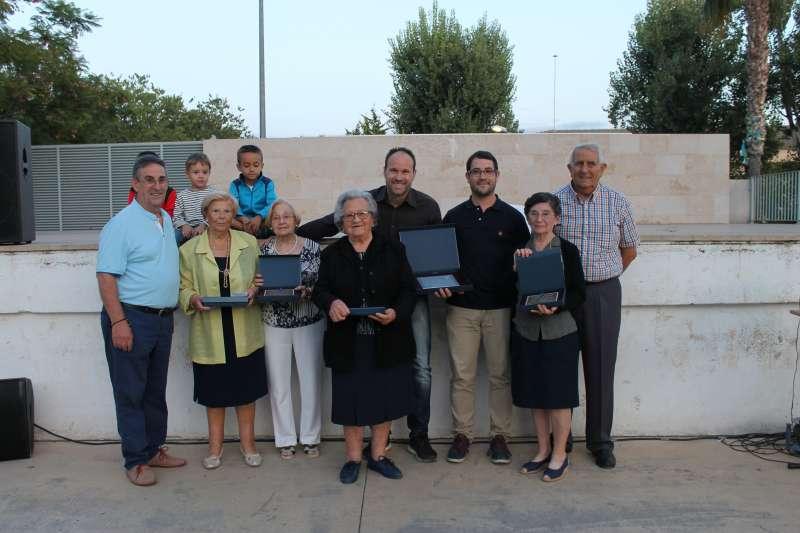 El árbitro de Algímia con los mayores en el homenaje. EPDA