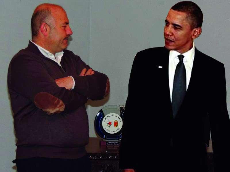 Montaje fotográfico del alcalde de Nàquera, Damián Ibáñez, junto a Barack Obama, si este visitase la localidad en visita oficial. //EPDA