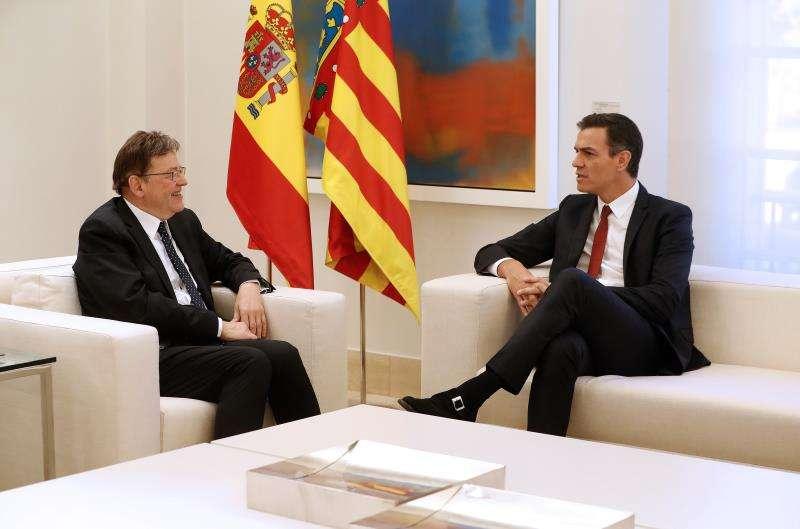 El presidente del Gobierno, Pedro Sánchez (d), y el president de la Generalitat, Ximo Puig (i), conversan durante un encuentro anterior. EFE/Archivo