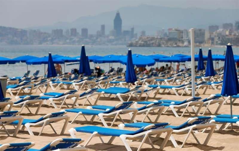 Imagen de hamacas vacías en la playa de Benidorm (Alicante) el pasado 1 de agosto. EFE/Manuel Lorenzo/Archivo.