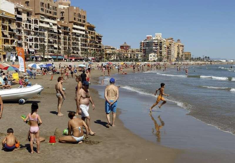 Imagen de archivo de la playa de Port Saplaya. EFE/Juan Carlos Cárdenas