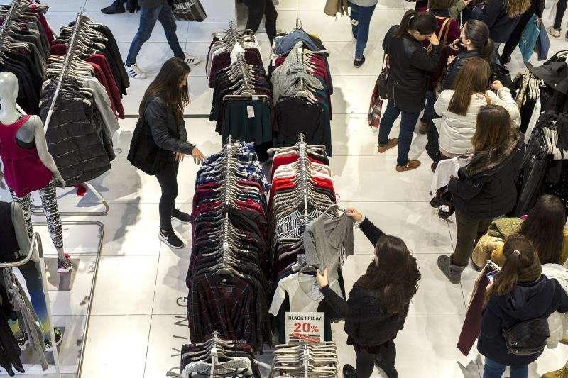 Compradores en un comercio textil de València.