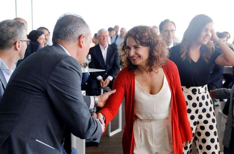 La ministra de Hacienda, María Jesús Montero (c) a su llegada al encuentro que han mantenido con empresarios y sindicatos. EFE