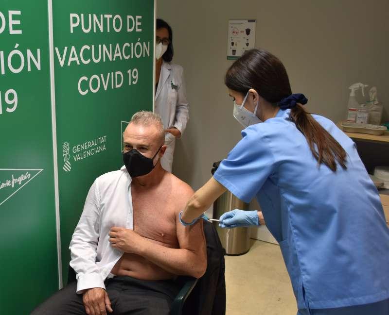 Javier Fernández, primer vacunado en El Corte Inglés