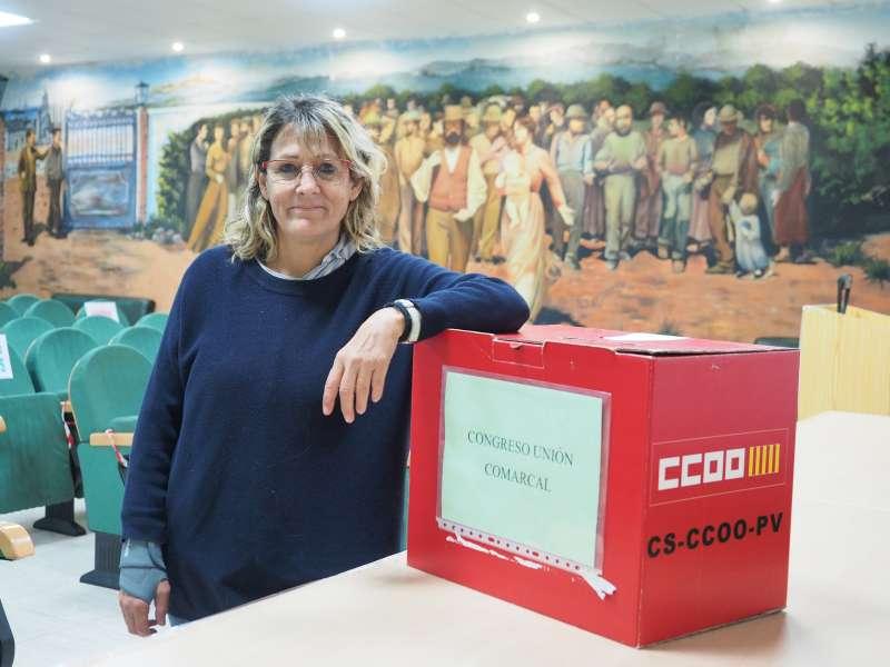 La todavía secretaria intercomarcal de CCOO, junto a la urna donde se votará a la persona que le sucederá en el cargo. / PACO QUILES