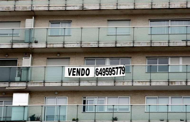 Un cartel anuncia la venta de una vivienda en un inmueble de València. EFE