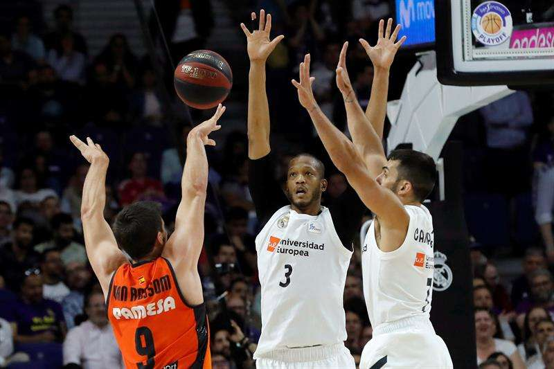 El alero belga del Valencia Basket Sam Van Rossom (i) lanza a canasta. EFE