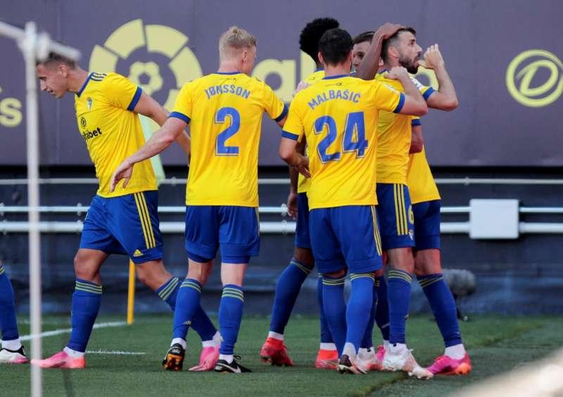 Los jugadores del Cádiz CF celebran el primer gol anotado por el centrocampista José Mari durante el partido de la penúltima jornada de Liga disputadoen el estadio Ramón de Carranza. EFE/Román Ríos
