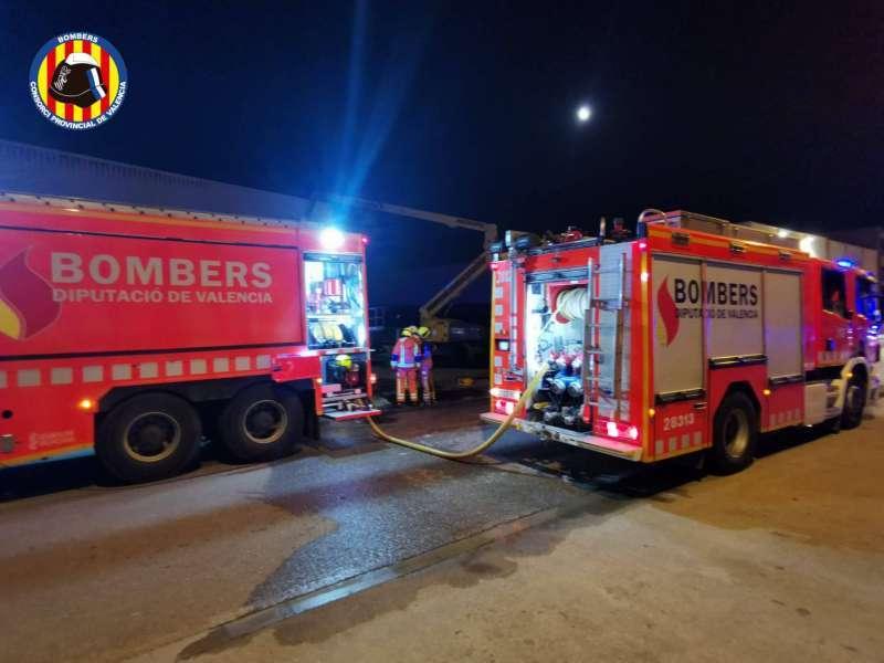 Imagen de archivo de dos camiones de bomberos