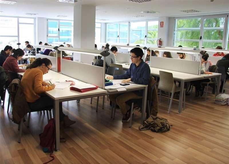 Joves de Mislata estudiant a una sala d