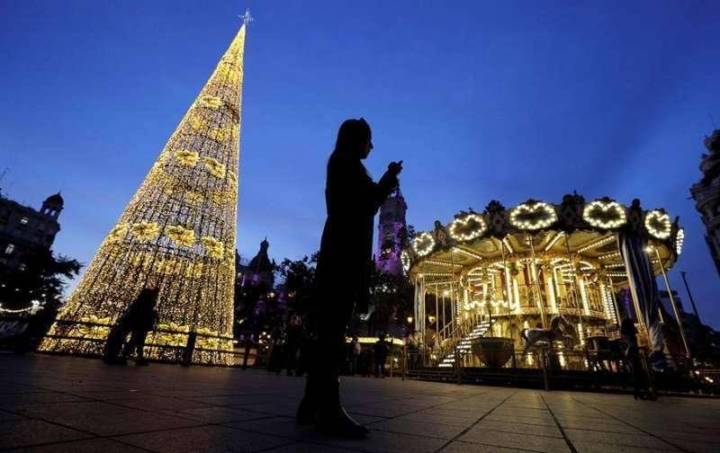 Iluminación navideña en la plaza del Ayuntamiento de València. EPDA
