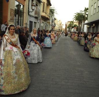 Las seis comisiones falleras de Benetússer desfilaron por las calles del municipio para llevarle flores a la Virgen. FOTO: EPDA.