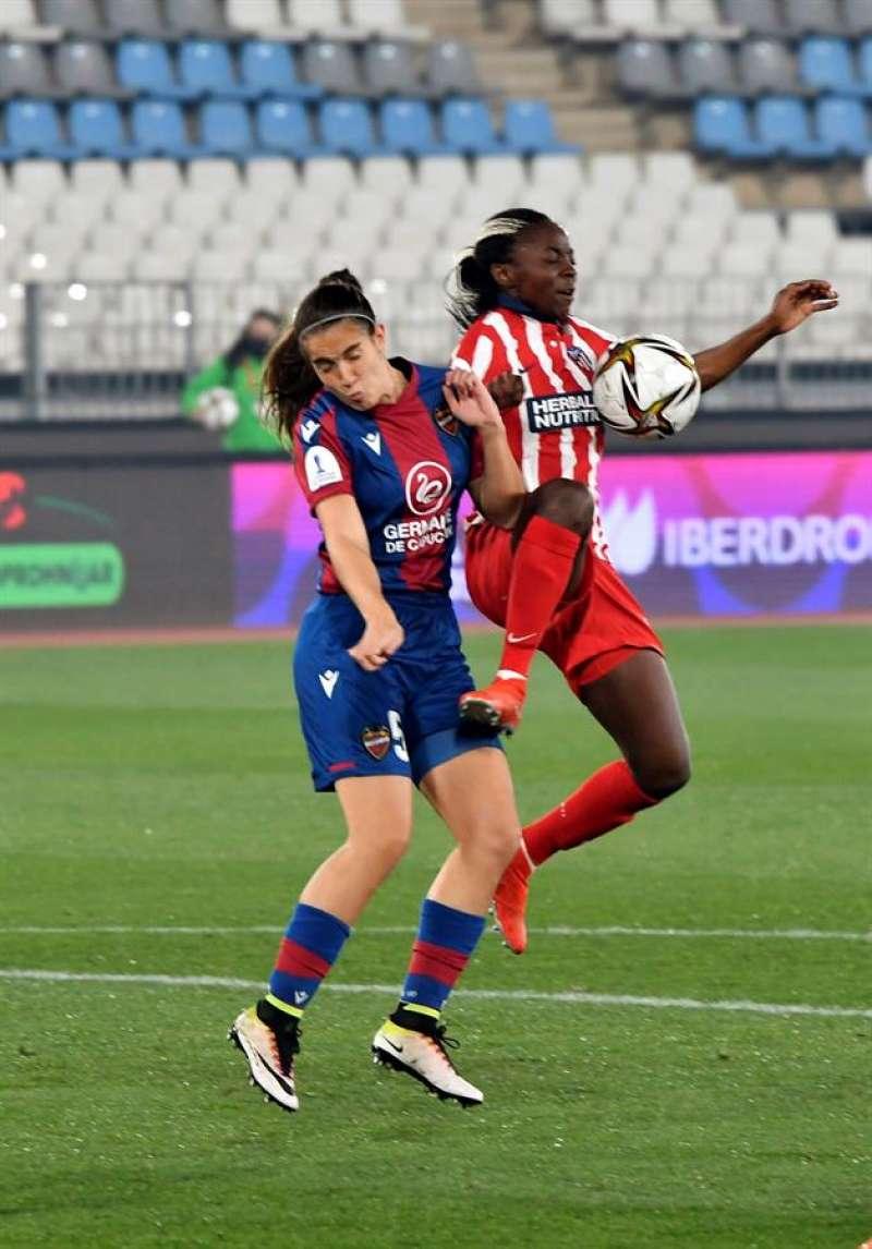 La jugadora del Levante Rocío Galvez (i) y la del Atlético de Madrid Njoya Ajara disputan un balón durante la final de la Supercopa que enfrenta a ambos equipos en el Estadio de los Juegos Mediterraneos de Almería EFE/Carlos Barba