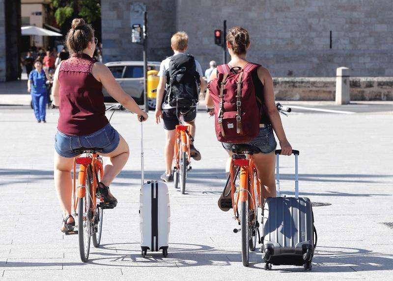 Dos turistas arrastras su maletas. EFE/Archivo
