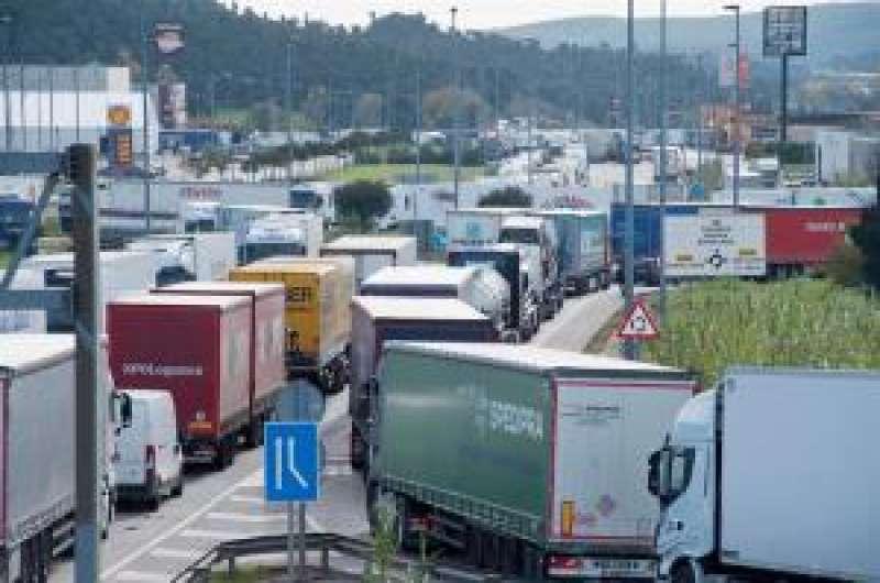 Decenas de camiones participan en una concentración en una imagen de archivo. EFE