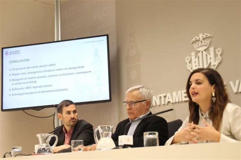 Joan Ribó (c), y los vicealcaldes Sandra Gómez (d) y Sergi Campillo (i), en una imagen difundida por el Ayuntamiento de València.