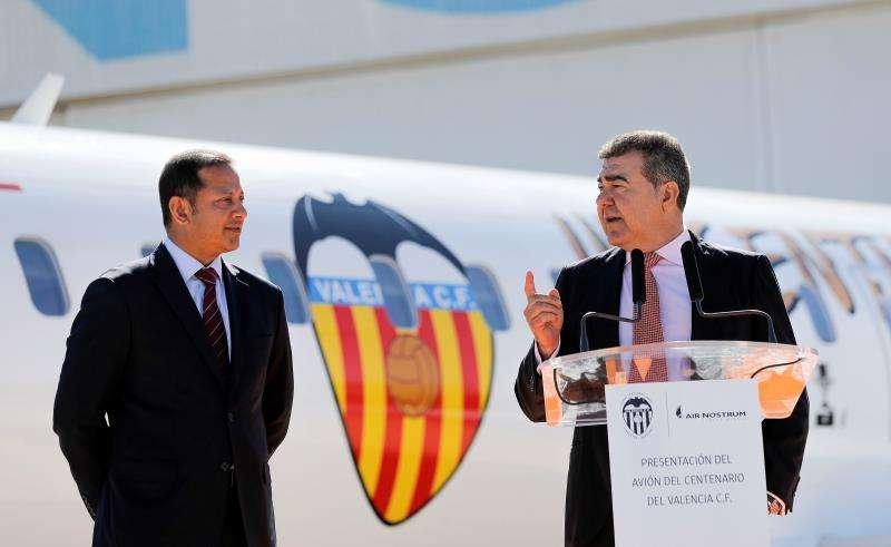 El presidente del Valencia CF, Anil Murthy (izqda), y el de y Air Nostrum, Carlos Bertomeu, presentan el avión tematizado con motivo del centenario del Valencia CF. EFE