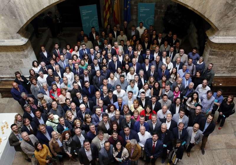 Foto de familia de alcaldes y alcaldesas