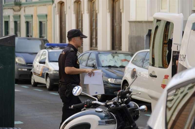 Un policía recaba pruebas en un caso de violencia machista. EFE
