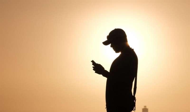 Un joven mira un móvil, en una imagen de archivo. EFE