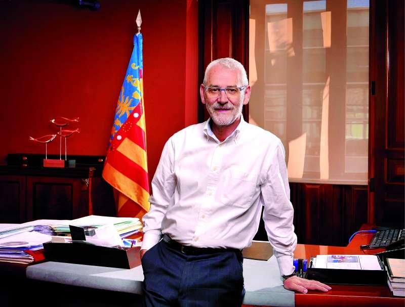 El alcalde de Alboraya, Miguel Chavarría, en el despacho del ayuntamiento. / EPDA