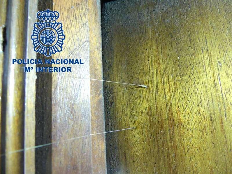 Imagen cedida por la Policía Nacional de las marcas con silicona detectadas en viviendas de Alicante. EFE