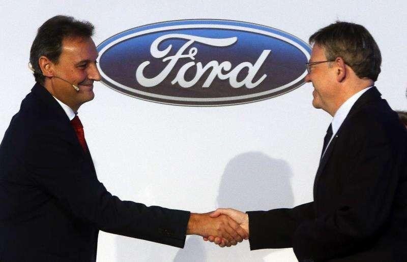El presidente y consejero delegado de Ford España, Jesús Alonso (i), saluda al president de la Generalitat, Ximo Puig, durante un encuentro de ambos. EFE/Archivo