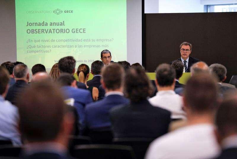 El consejero delegado de Bankia, José Sevilla (dcha), y el director adjunto de investigación del IVIE, Joaquín Maudós. EFE