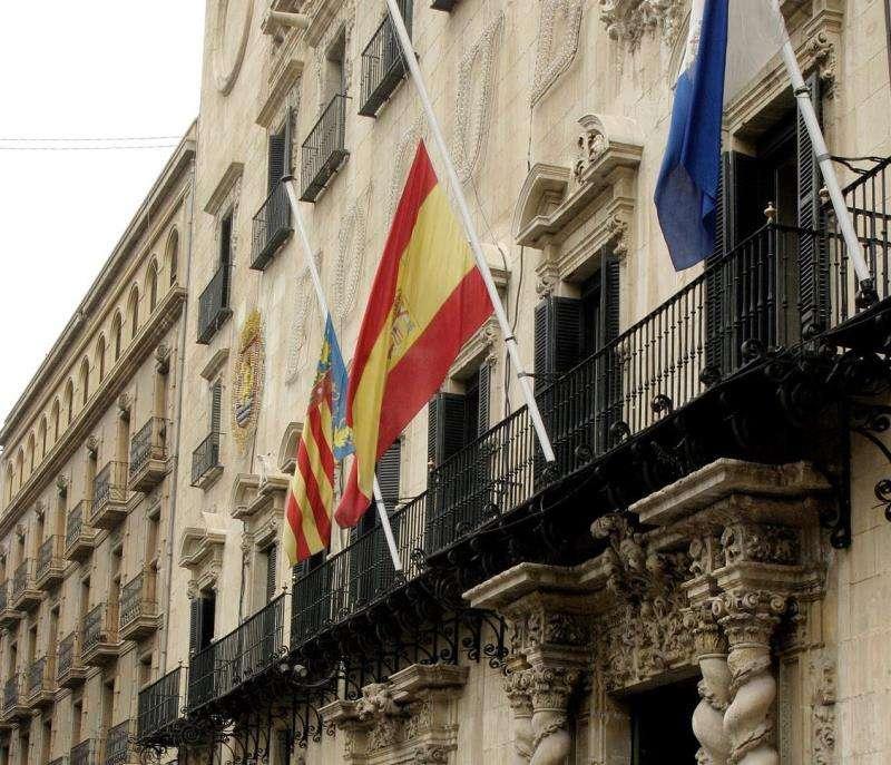 Un Ayuntamiento con las banderas a media asta. EFE/Archivo