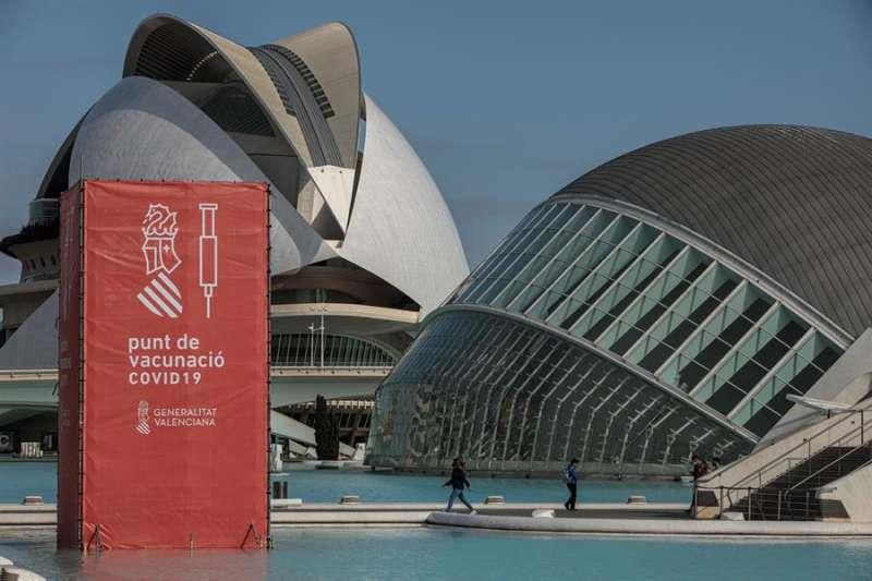 Vista general del punto de vacunación masiva de Valencia situado en la Ciudad de las Artes y las Ciencias. EFE