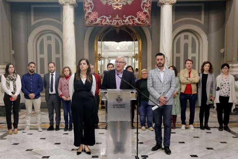 El alcalde de València, Joan Ribó, junto al resto del equipo de gobierno. EFE