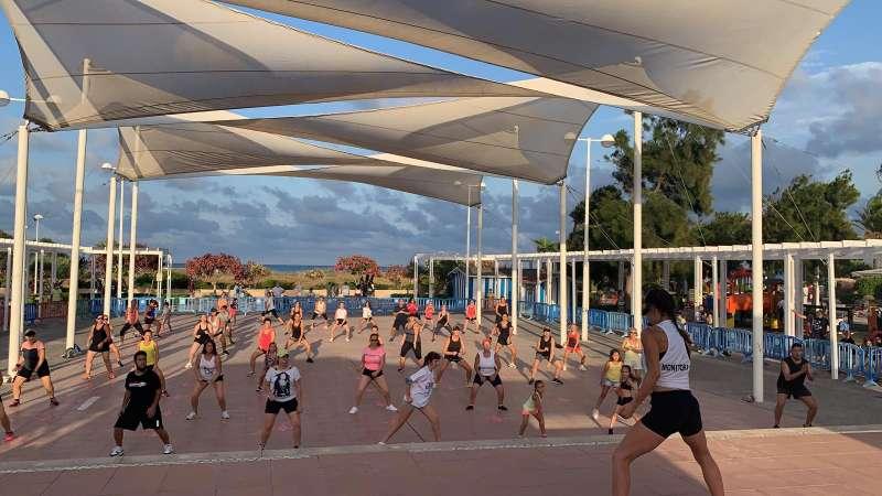 Actividad deportiva en la playa de Canet.