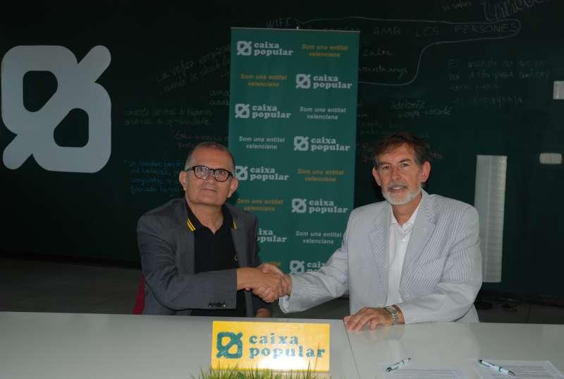 El director general de Caixa Popular, Rosendo Ortí, i el director de l?IVAM, José Miguel G. Cortés, en la firma del conveni