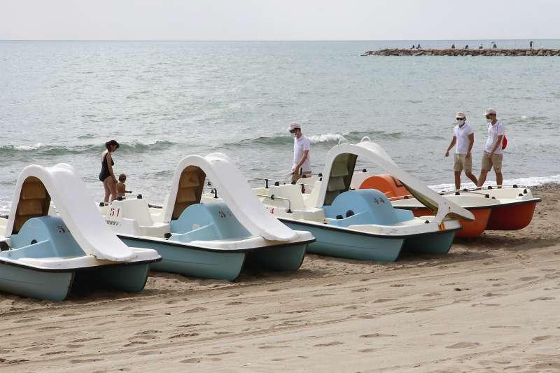 Informadores en la playa de Puçol. EPDA