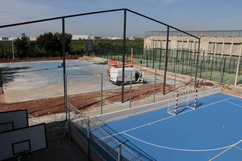 Obras en la pista del polideportivo de Puçol. EPDA