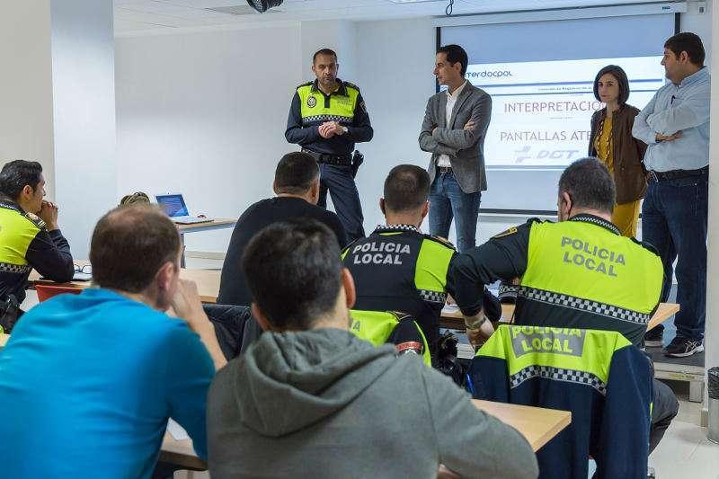 Mislata imparte a sus policías locales un curso sobre la aplicación de la DGT. EPDA/Archivo