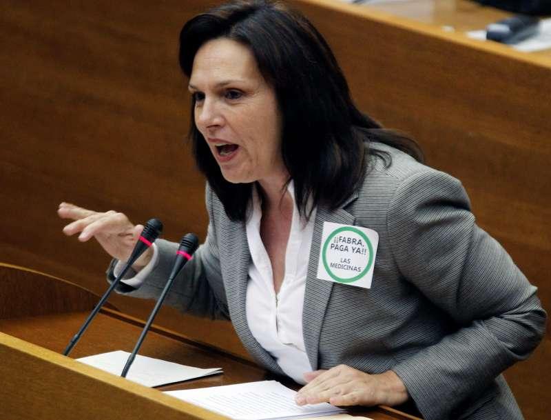 La diputada del PSPV-PSOE Carmen Martínez durante una intervención en el Pleno de Les Corts.